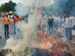 राजस्थान:डूंगरपुर में उग्र हुए अभ्यर्थियों ने पुलिस के वाहनों में लगाईं आग, पथराव किया